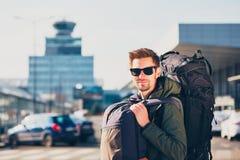 Reiziger bij de luchthaven stock fotografie