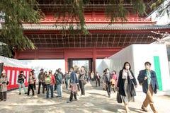 Reiziger bij Zojoji-Tempel in Tokyo Japan op 30 Maart, 2017 | De cultuur van Azië van het vakantieoriëntatiepunt Stock Foto