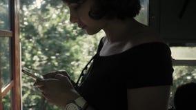 Reiziger in de Indische trein van Azië met telefoon die apps gebruiken stock videobeelden