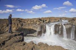 Reiziger dichtbij Aldeyjarfoss-Waterval Stock Foto