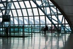 Reiziger die in de luchthavenzaal wacht Stock Foto's