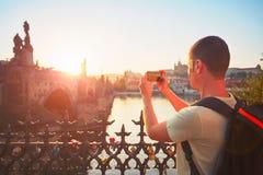 Reiziger die foto nemen door mobiele telefoon royalty-vrije stock afbeeldingen