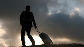 Reiziger die met boomstam en rugzakwolkenachtergrond gaan stock video