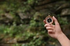 Reiziger die richting met kompas zoeken royalty-vrije stock foto