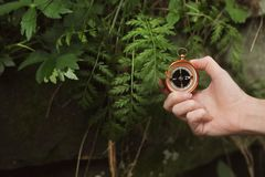 Reiziger die richting met kompas zoeken royalty-vrije stock fotografie