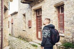 Reiziger die rond oude stad lopen Vakantie, vakantie, toerismeconcept Royalty-vrije Stock Fotografie