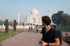Reiziger die in Taj Mahal bekijken Royalty-vrije Stock Foto