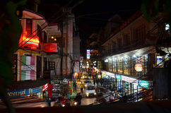 Reiziger en Nepalese mensen op de Markt van Straatthamel Royalty-vrije Stock Fotografie