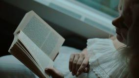 Reiziger het berijden in het vervoer en het lezen van een boek stock videobeelden