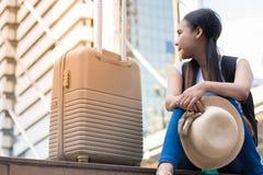 Reiziger met de trede van de rugzakzitting op zonnige dag stock foto's
