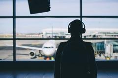 Reiziger met hoofdtelefoons stock foto's
