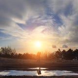 Reiziger met rugzak op zonsondergangachtergrond Stock Foto's