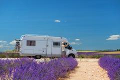 Reiziger met sta-caravan bij lavendelgebieden in Frankrijk Stock Afbeelding