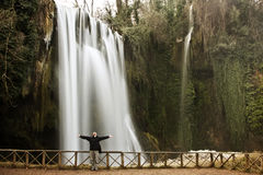 Reiziger onder waterval Stock Afbeeldingen