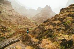 Reiziger op grote het lopen bestemming met overweldigende meningen van ruwe kustlijnen en smalle canions Santo Antao Cape stock foto