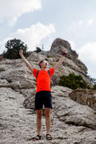 Reiziger op rots tegen hemel royalty-vrije stock fotografie