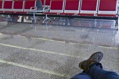 Reiziger op wachtend gebied stock foto