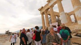 Reiziger POV die, toeristen aan gids, sightseeingsreis voor oude ruïnes luisteren stock footage