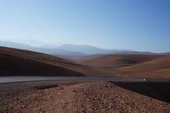 Reiziger in rode woestijn royalty-vrije stock afbeelding
