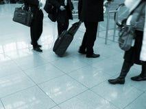 Reizigers bij luchthaven royalty-vrije stock afbeeldingen