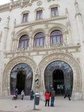 Reizigers dichtbij Rossio Station, Lissabon Stock Foto