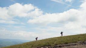 Reizigers die Berg beklimmen stock footage