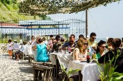 Reizigers die bij Dalboka-mosselenlandbouwbedrijf eten Royalty-vrije Stock Foto's