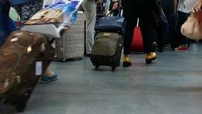 Reizigers die met de zaal van de bagageluchthaven lopen stock video