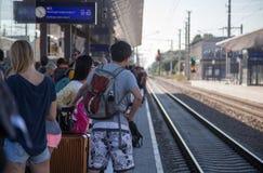 Reizigers die op trein in overladen post wachten royalty-vrije stock afbeelding