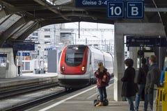 Reizigers die op trein Zürich wachten Royalty-vrije Stock Afbeelding