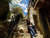 Reizigers en oude ladder stock fotografie
