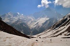 Reizigers in Himalayan-bergen Nepal, Annapurna-gebied, Annapurna-het Spoor van het Basiskamp Mening van Machapuchare-piek Stock Fotografie