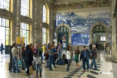 Reizigers in historisch stationsao Bento in Porto royalty-vrije stock foto's