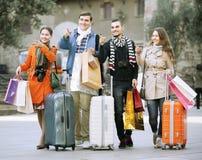 Reizigers met het winkelen zakken op straat Stock Foto's