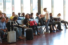 Reizigers met hun bagage bij de luchthaven Stock Afbeelding