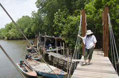 Reizigers Thaise vrouw die op houten brug voor over rivier lopen bij Stock Foto's