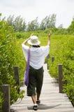 Reizigers Thaise vrouw die op houten brug voor reis en visi lopen Stock Foto