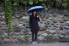 Reizigers Thaise vrouwen die paraplu houden en op de weg in regenende tijd lopen stock afbeeldingen