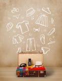 Reizigersbagage met hand getrokken kleren en pictogrammen Stock Foto