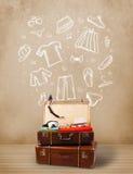 Reizigersbagage met hand getrokken kleren en pictogrammen Stock Afbeelding