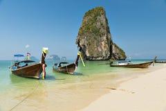 Reizigersboot bij Ao Phra -phra-nang baai Stock Foto