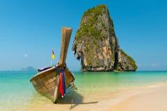 Reizigersboot bij Ao Phra -phra-nang baai Royalty-vrije Stock Afbeelding