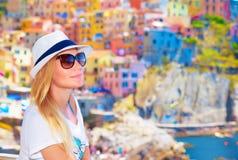 Reizigersmeisje die van kleurrijke cityscape genieten Stock Foto