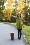 Reizigersmeisje met een koffer Stock Afbeelding
