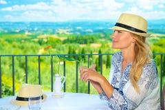 Reizigersmeisje in in openlucht koffie Royalty-vrije Stock Foto
