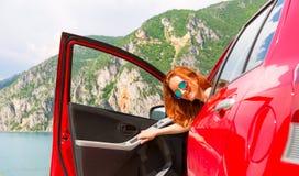 Reizigersmeisje in rood Stock Foto