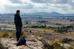 Reizigersmens die zich met rustige meningsbergen bevinden royalty-vrije stock afbeeldingen