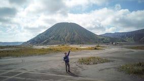Reizigersmens en damp van vulkaan stock foto