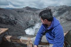 Reizigersmens en damp van vulkaan royalty-vrije stock foto's