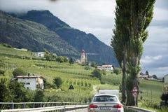 Reizigersmensen die auto op de wegweg drijven bij platteland stock foto
